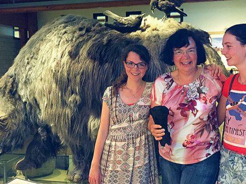 Arieke en haar dochters Francine en Ruth met hun vondst bij het model van een wolharige neushoorn in Ecomare