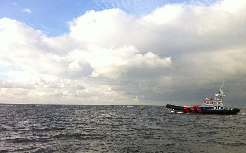 Reddingsboot op weg naar de gestrande bultrug