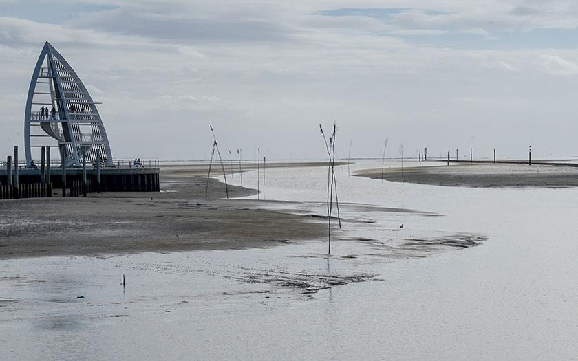 Uitkijktoren en wadgeul op Juist. Foto Rainer Nicolai via www.flickr.com