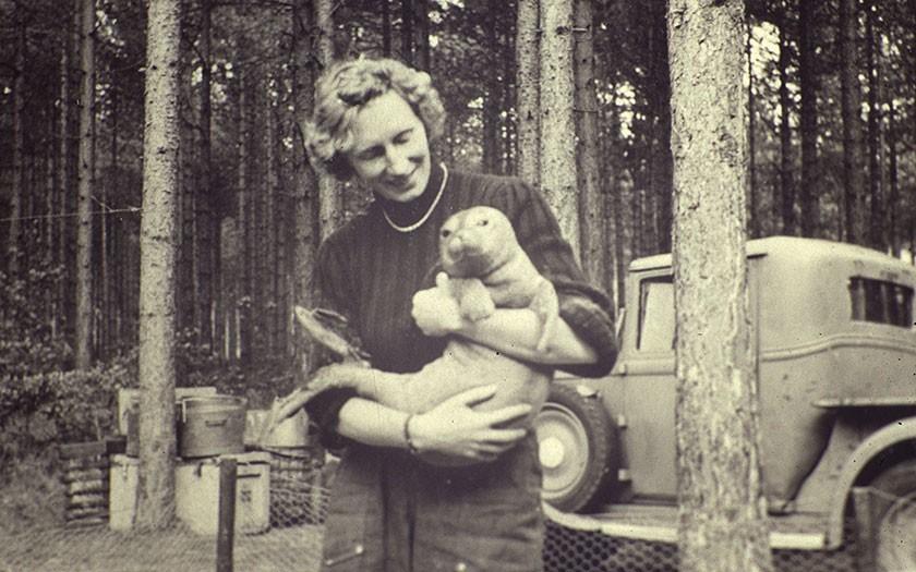 Annie de Haan with zeehond