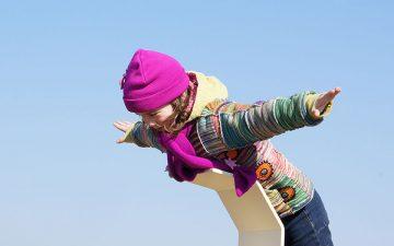 Kind vliegt als een kiekendief in het duinpark bij Ecomare