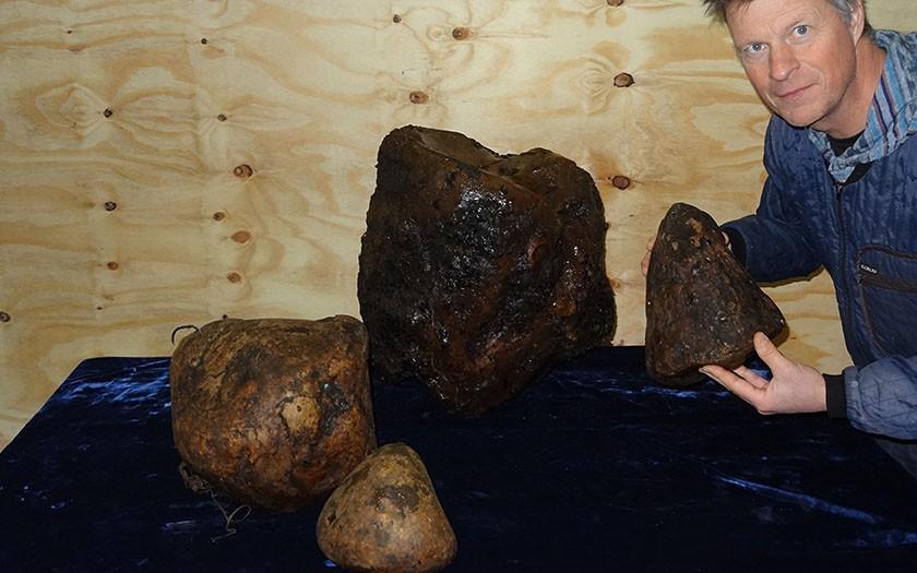 Ecomare-medewerker Pierre Bonnet met de ambergris uit de gestrande potvis