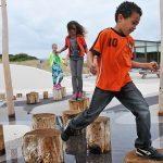 Jongetje speelt in eb-en-vloed-speeltuin bij Ecomare