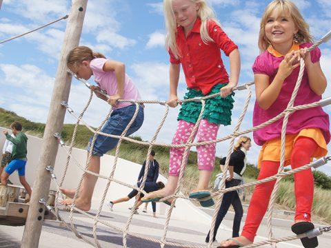 Kinderen in speelwad bij Ecomare
