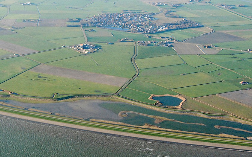 Wagejot vanuit de lucht. brakwatergebied op Texel