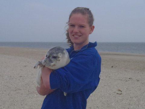 Lisanne met zeehond op het strand