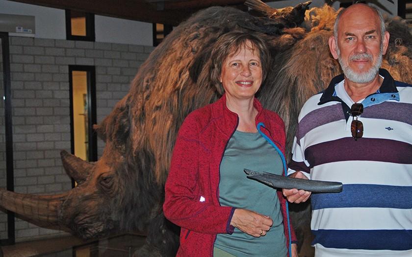 Dick en abie met het stuk bot van een steppewisent