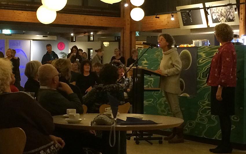Brigitte Hollands, directeur van Texels Welzijn, spreekt de vrijwilligers toe.