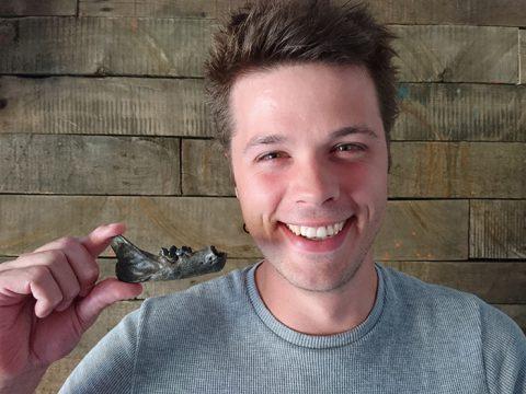 Hidde Bakker toont gevonden kaak van lynx