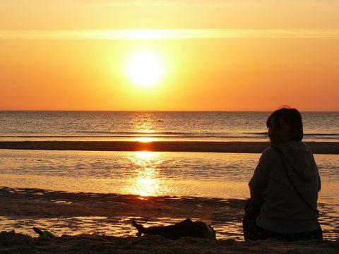 Ondergaande zon strand (foto Eelco Cramer )