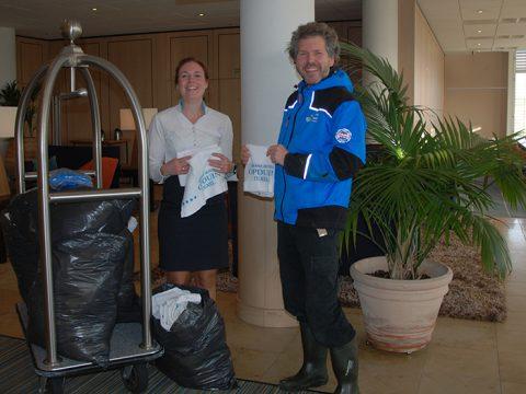 Ilona vd Poel van Opduin geeft handdoeken aan Ecomare