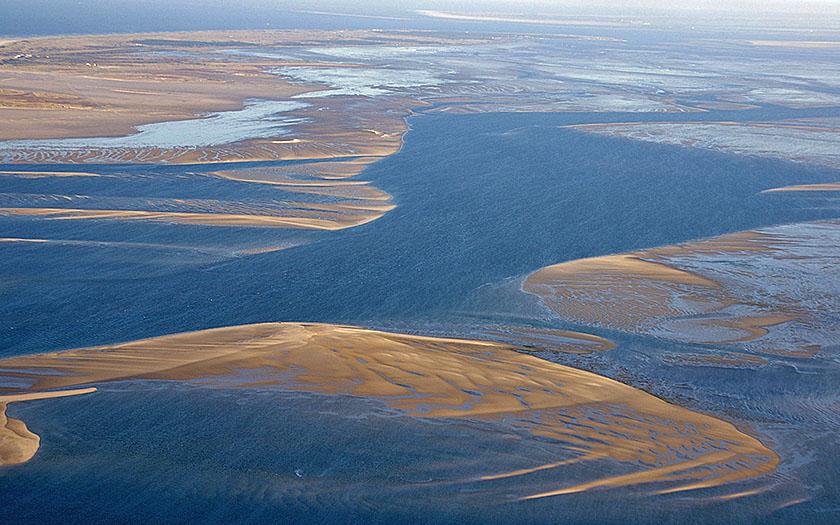 Waddenzee met laagwater: veranderende zandplaten