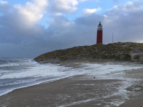 Springtij: het zeewater komt tot aan het duin waar de vuurtoren op staat