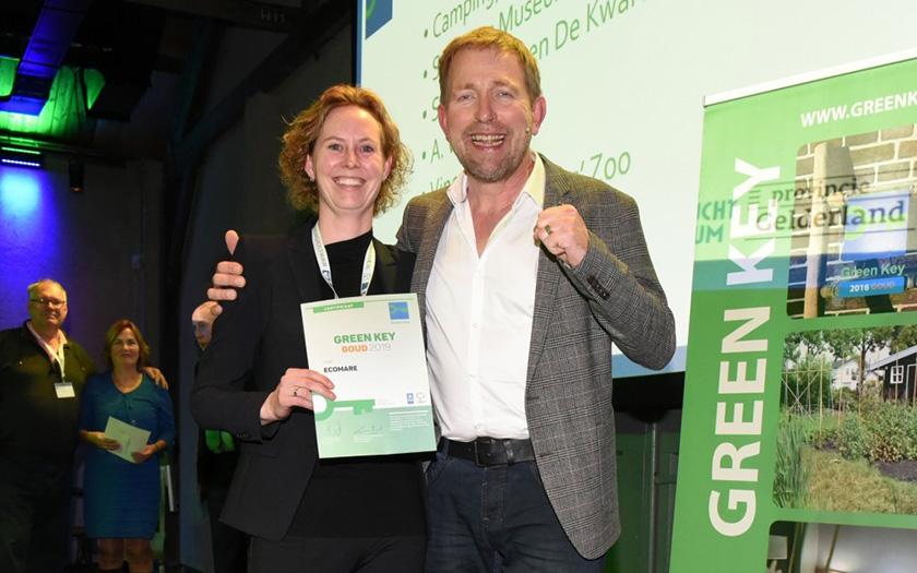 Floortje neem certificaat gouden Green Key in ontvangst