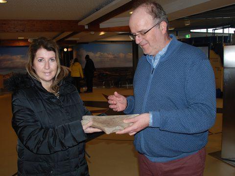 Dame overhandigt stuk gewei reuzenhert aan conservator Arthur Oosterbaan