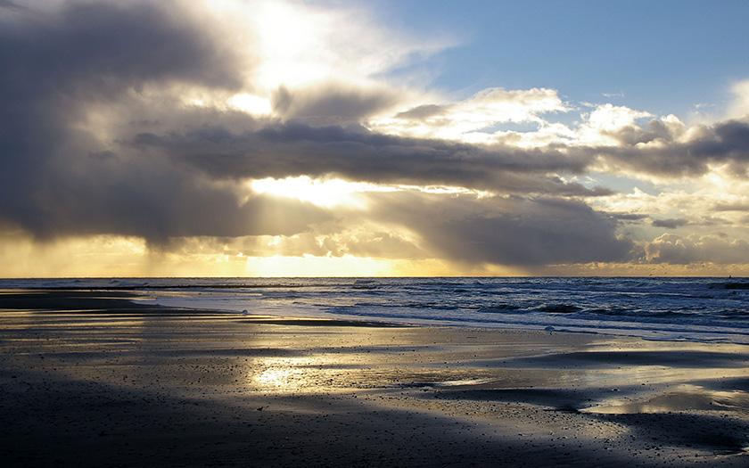 De Noordzee vanaf het strand met mooi licht